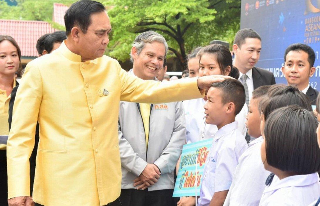 """""""นายกฯ""""ย้ำ รัฐบาลมุ่งดูแลเด็กยากจนให้มีโอกาสเรียน"""