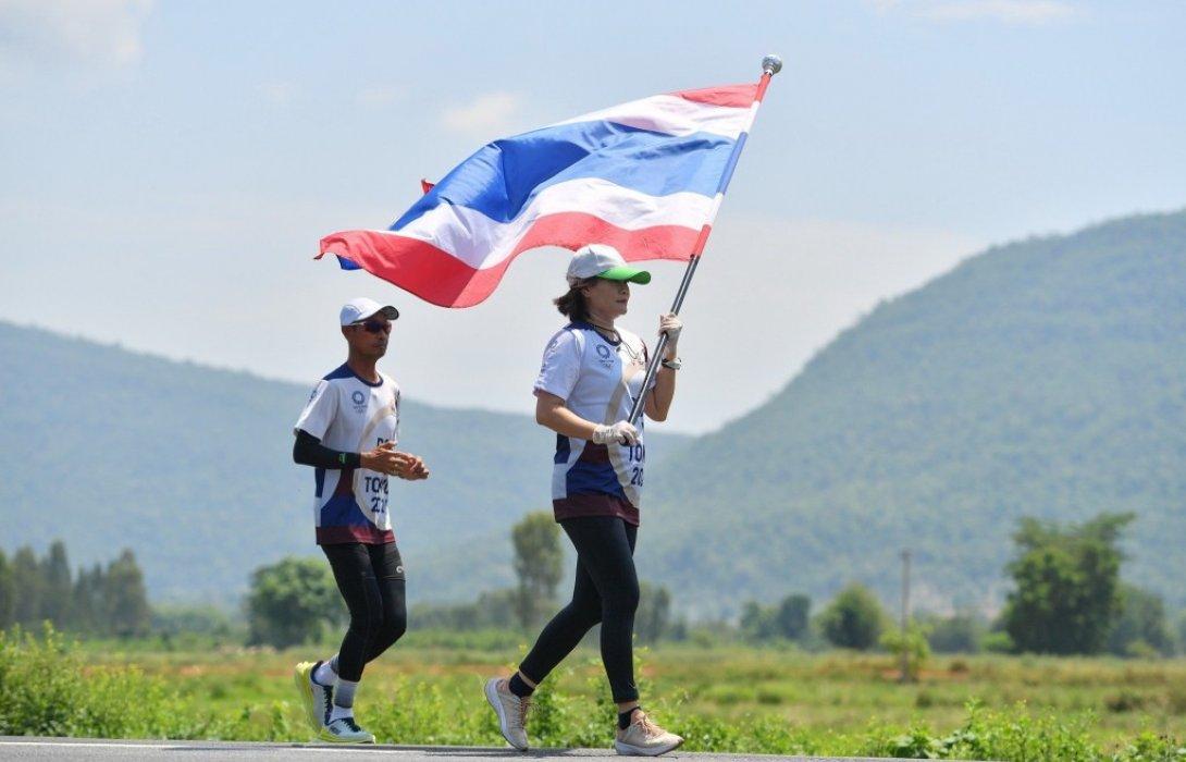 วิ่งธงชาติไทยวันที่ 42 พิชิตภารกิจสุดโหด 106.2 กม. พี่น้องชาวไทยผนึกทีมมาร์แชลร่วมส่งกำลังใจ