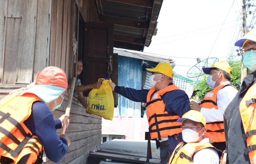 """""""สุพัฒนพงษ์"""" นำทีมผู้บริหาร กระทรวงพลังงาน และกฟผ.  ลงพื้นที่ จังหวัดลพบุรี ช่วยเหลือผู้ประสบภัยน้ำท่วม"""