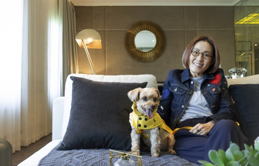 ผู้บริหารหญิง เมเจอร์ ดีเวลลอปเม้นท์ ชวนกอดน้องหมา ในวัน Hug Your Hound Day!